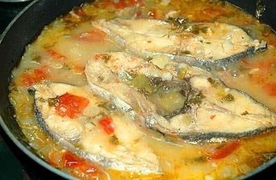 Pescado hervido con refrito y pimentón agridulce o picante