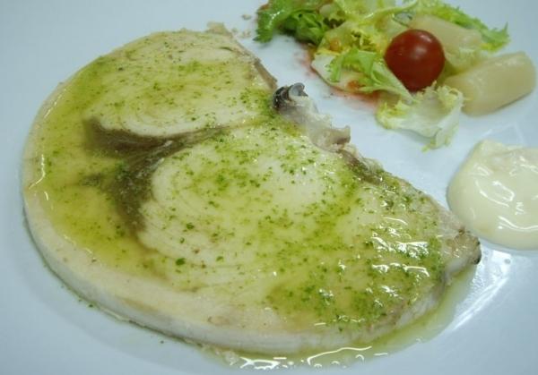 Pez espada a la plancha con salsa de tomate verde