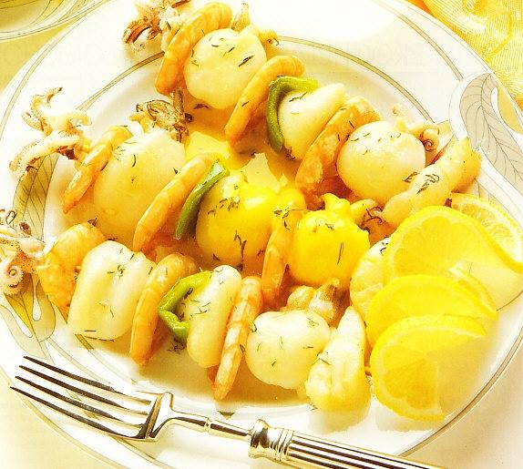 Pinchos de pescado y marisco al azafrán