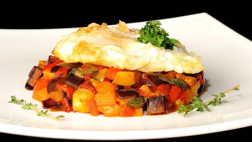 Pisto de calabacín, pimientos  y berenjena con huevo