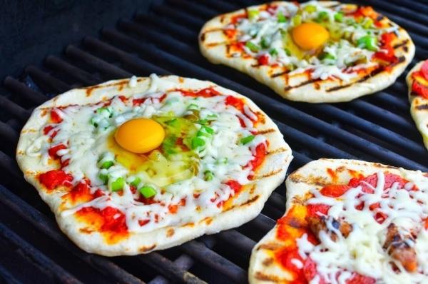 Pizza con huevo y salchichas