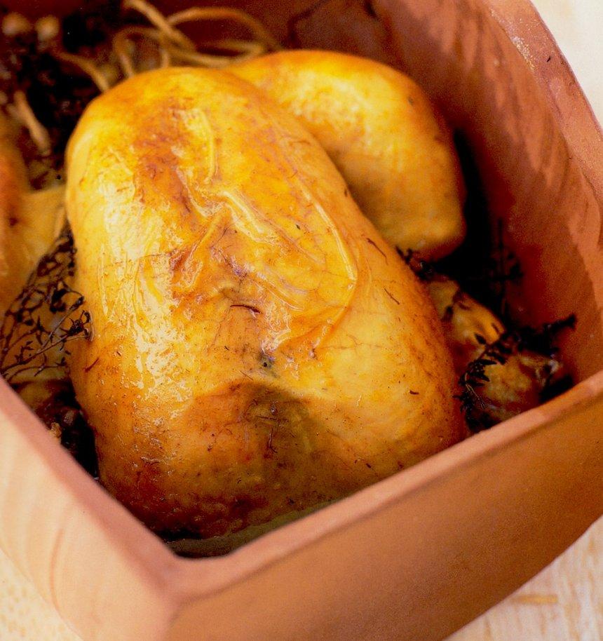 Pollo al azafrán en fuente de barro