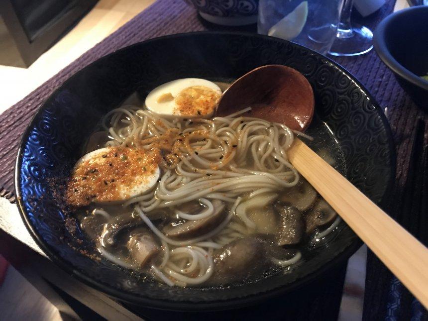 Ramen de maitake con espinacas