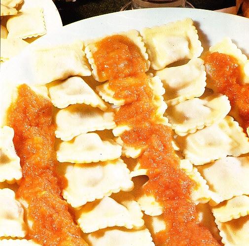 Raviolis con salsa de tomate y carne