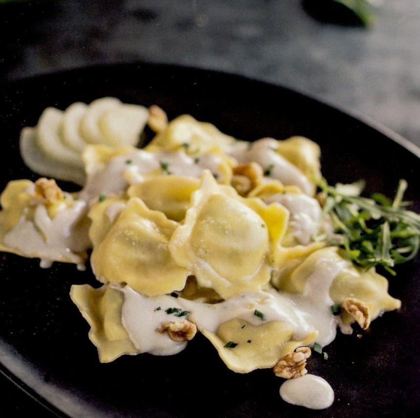 Raviolis de espinacas con crema de queso Gorgonzola, con pera y nueces