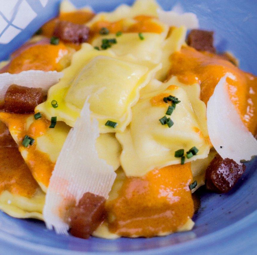 Raviolis de queso con crema de sobrasada y mebrillo