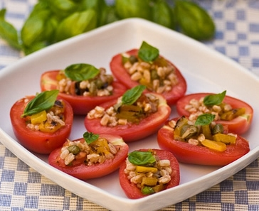 Relleno crudo para tomates, hojas de parra, pimiento y cebolla