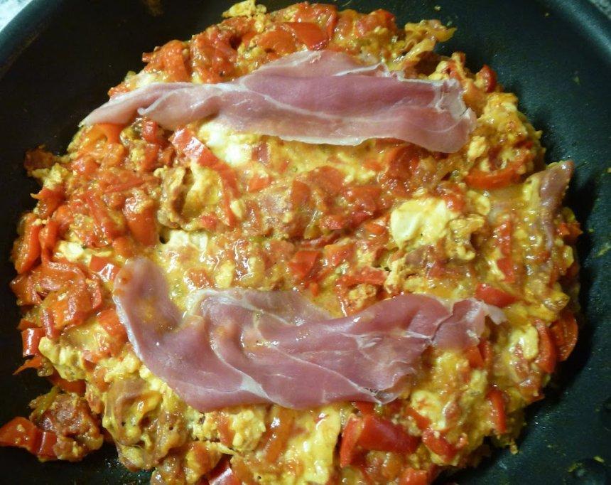 Revuelto de tomate y pimiento asado con jamón
