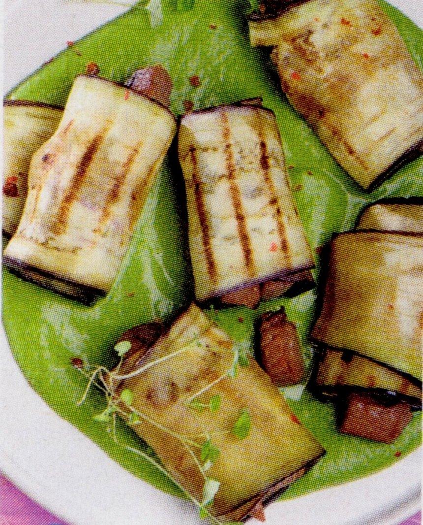 Rollitos de berenjena rellenos de atún fresco y salsa de espárragos