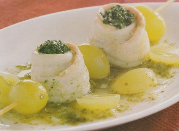 Rollitos de lenguado y salmón fresco con uvas