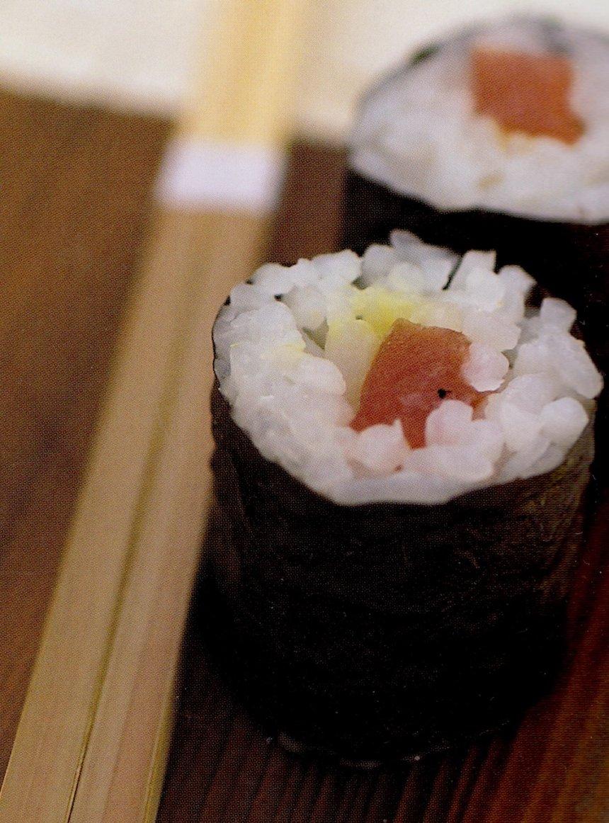 Rollitos de nori y atún tradicionales
