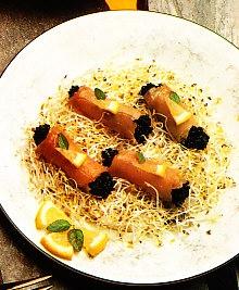 Rollitos de salmón con caviar