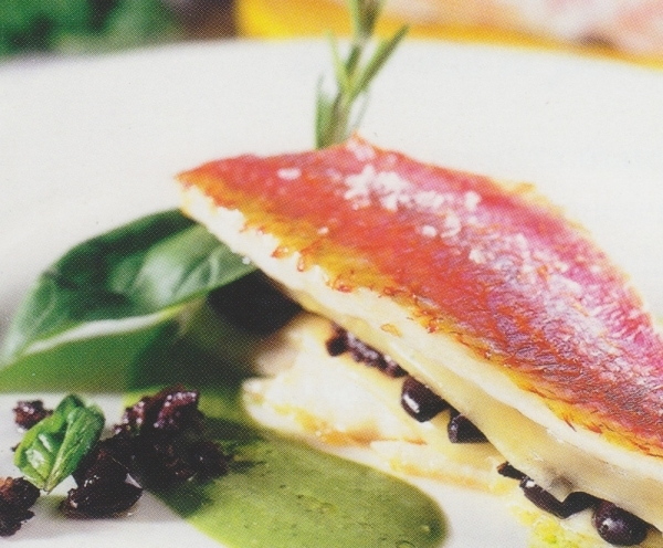 Salmonetes al horno rellenos de queso y aceitunas con salsa de albahaca