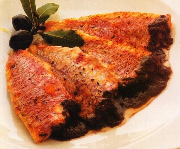 Salmonetes con salsa de aceitunas negras