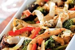 Salteado de verduras con tallarines de sepia