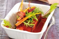 Sandía caramelizada con verduras crujientes