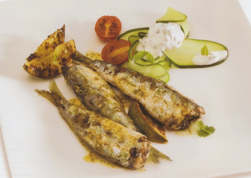 Sardinas marinadas con cilantro y ensalada de yogur griego y pepino