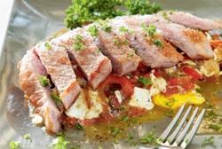 Secreto de cerdo ibérico con huevos rotos y emulsión de pimientos de piquillo