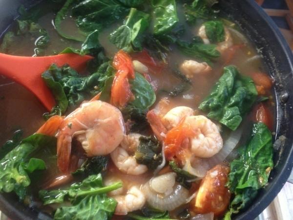 Sinigang (sopa de tamarindo, camarones y vegetales)
