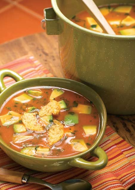 Sopa de aguacate y tortilla
