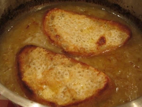 Sopa de cebolla gratinada a la francesa