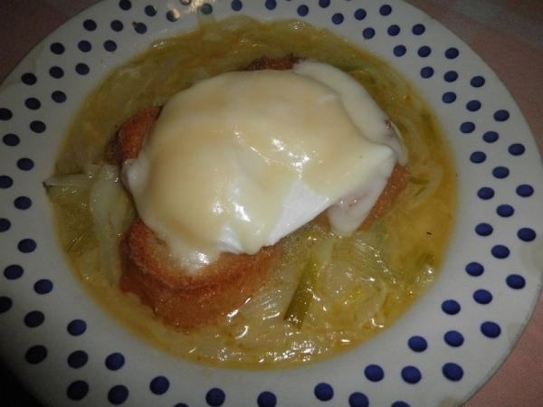 Sopa de cebolletas con tostada y huevo