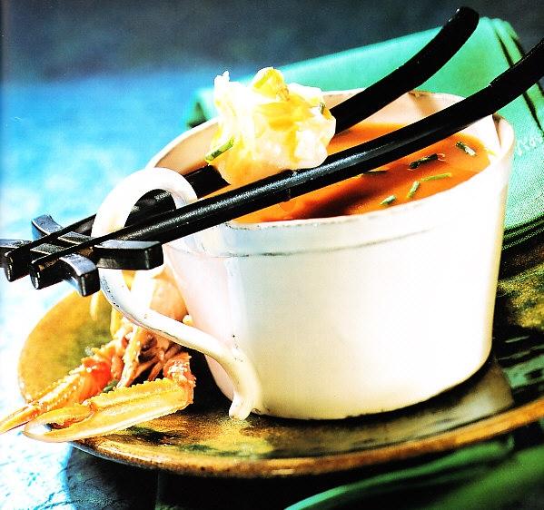 Sopa de cigalas y miso con fardelitos de pasta wonton