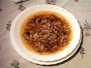 Sopa de pan con crujiente de ajos tiernos