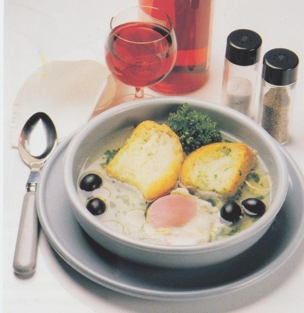 Sopa de pan, huevo y ajo