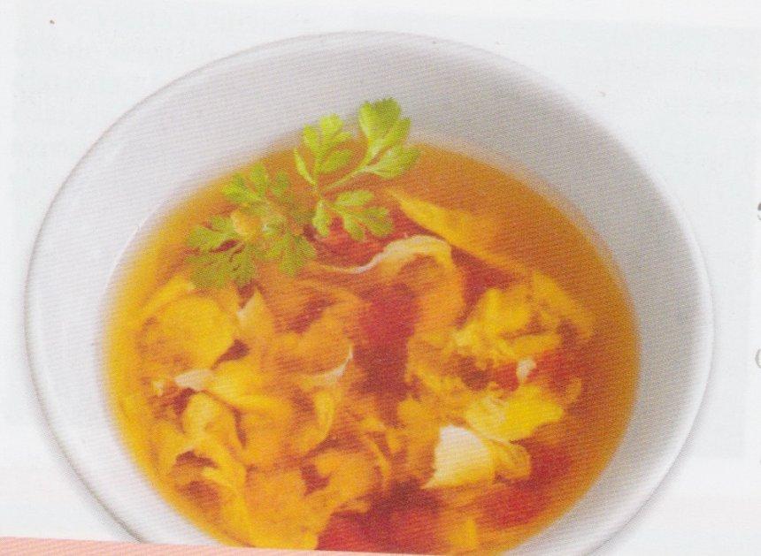 Sopa de tomate y flor de huevo