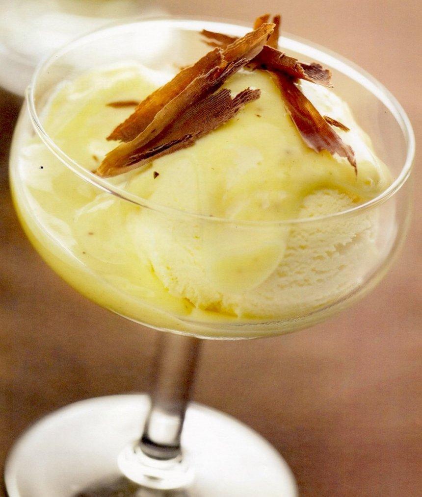 Sorbete de mango, merengue y trufa