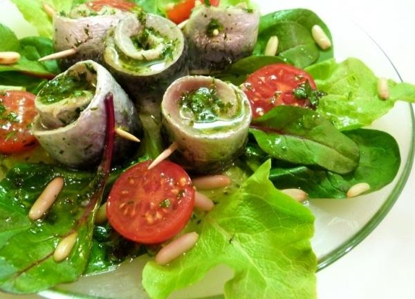 Sardinas en escabeche con vegetales y queso feta
