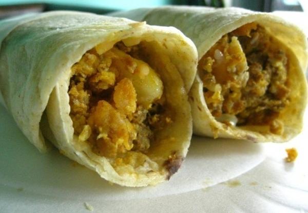 Tacos mexicanos de patata y huevos revueltos