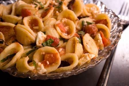 Tagliatelle con tomate, queso feta y albahaca