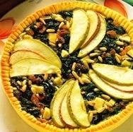 Tarta de espinacas, manzanas y piñones