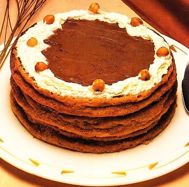 Tarta de merengue con chocolate y avellanas