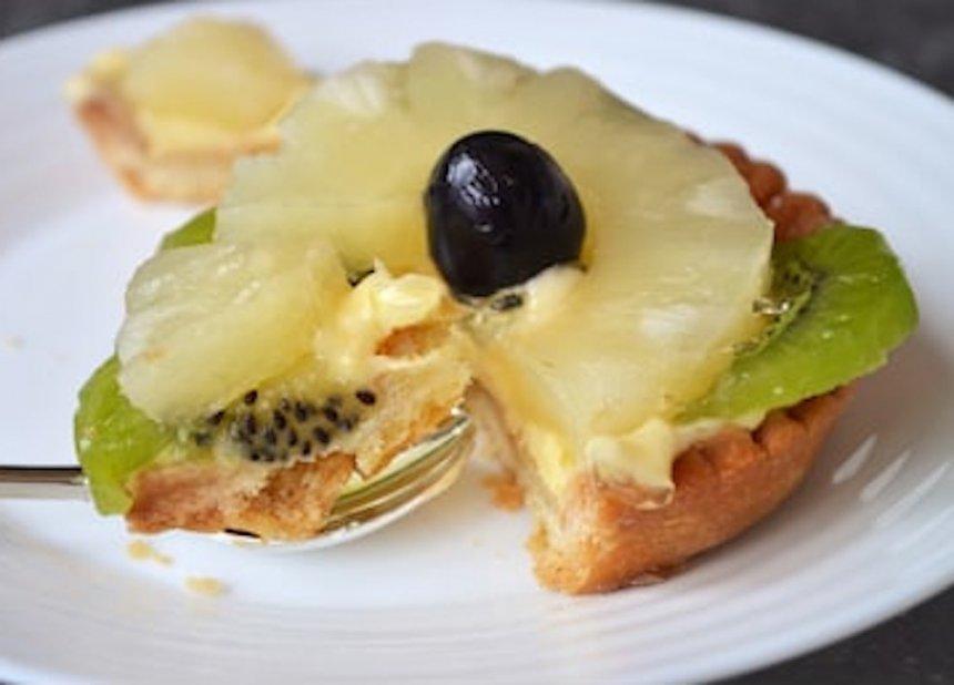Tartaletas de crema, piña y kiwi