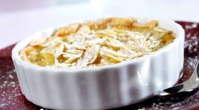 Tartaletas de queso con peras y almendras fileteadas