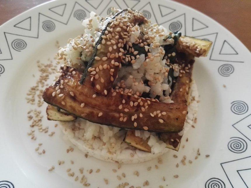 Timbal de arroz con espinacas y calabacín