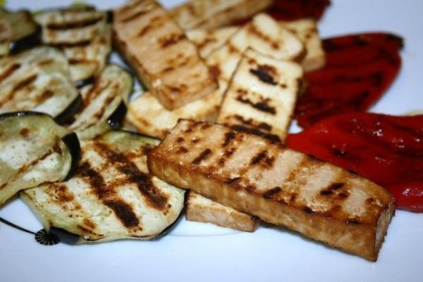 Tofu a la parrilla con pimientos y berenjena