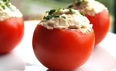 Tomates rellenos de bonito con mayonesa al yogur