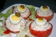 Tomates rellenos de crema de atún con alcaparras