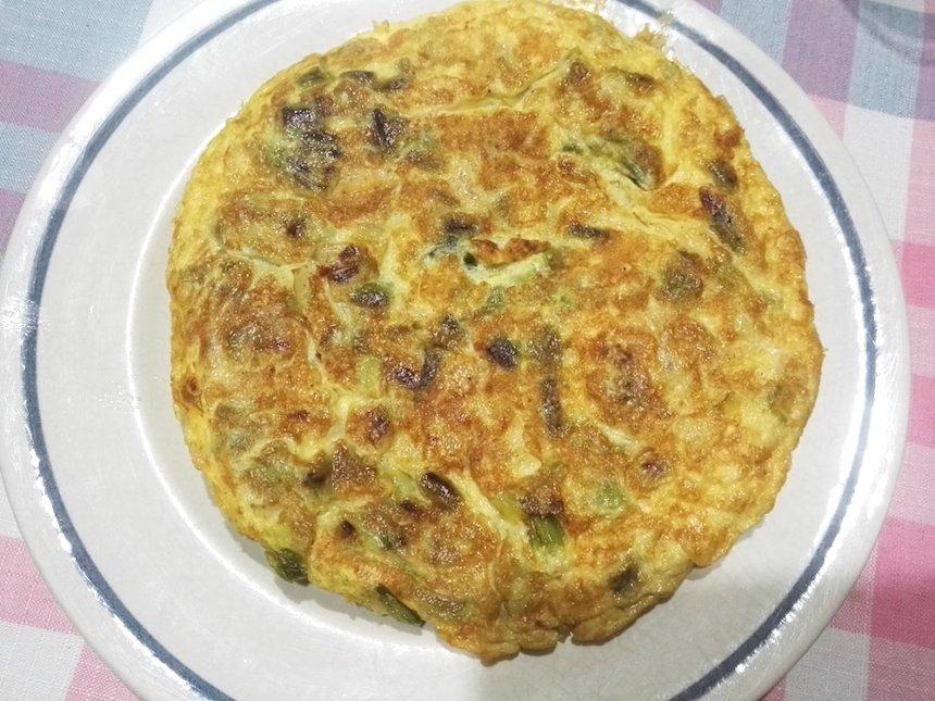 Tortilla de ajos tiernos y butifarra de huevo