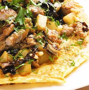 Tortilla de butifarra cruda, cebolla, queso azul y pera