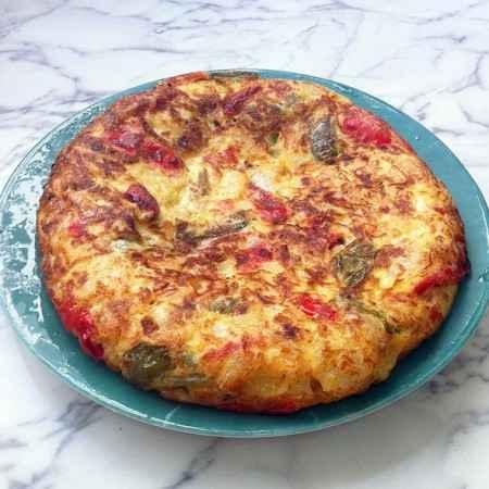 Tortilla de pimientos, tomate y cebolla