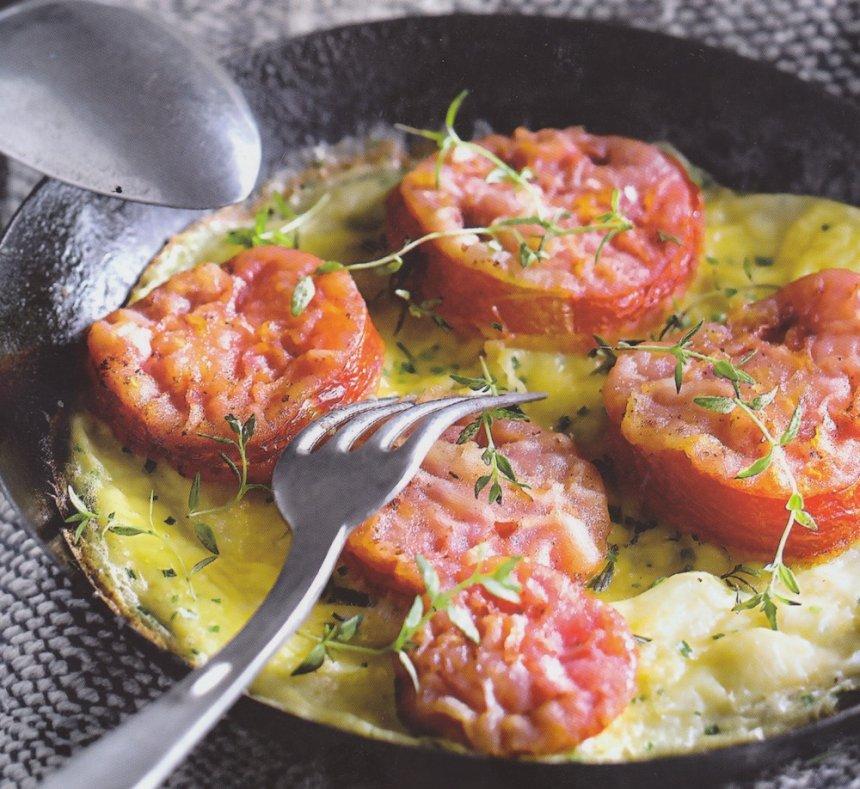 Tortilla con rodajas de tomate al tomillo