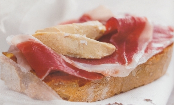 Tostada de jamón ibérico con foie gras a la sal