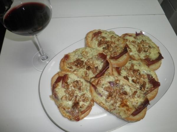 Tostadas con jamón y crema de queso azul