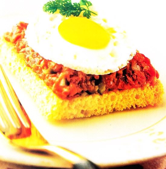 Tostadita de tártaro de carne con huevos de codorniz