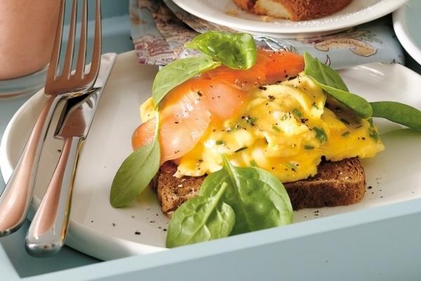 Tostas con huevos y ahumados en microondas